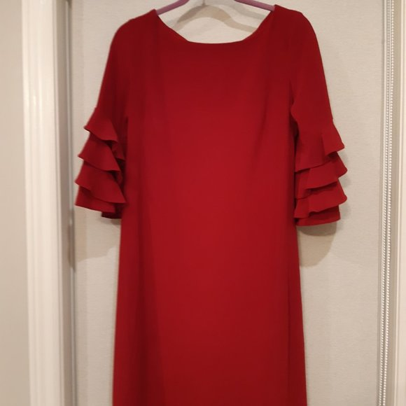 Loose dress with ruffle sleeves